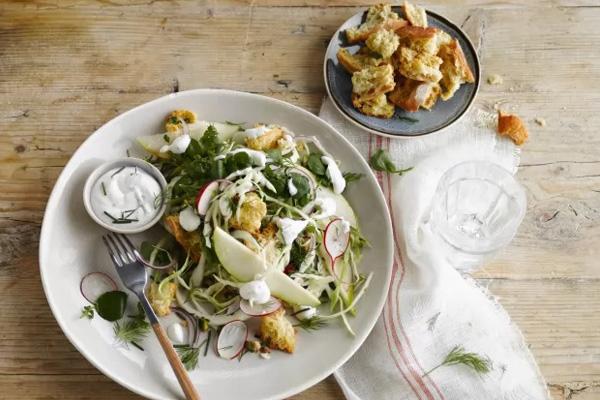 Kruidige groene salade met een Parmezaan mousse